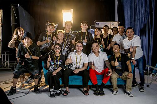 Hình ảnh dạo diễn Trọng Hưng chụp cùng với ca sỹ Tuấn Hưng và ekip tại studio của mình.