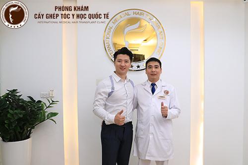 Trọng Hưng và bác sĩ Nguyễn Quốc Tuấn tại phòng khám Cấy ghép Tóc y học Quốc Tế.